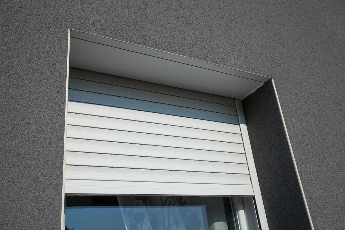 Confort de la maison, installation de volets roulants aux fenêtres